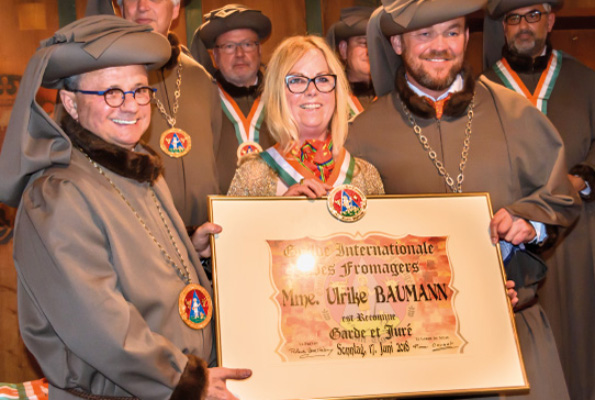 Ulrike Baumann Inthronisation zum Guilde Internationale des Fromagers Mitglied